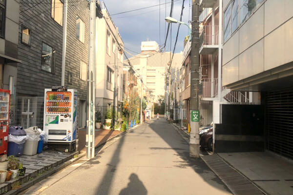 神泉駅からグローバルフィットネス渋谷店への道順5_少し歩くと当ジムの建物が右手にあります。